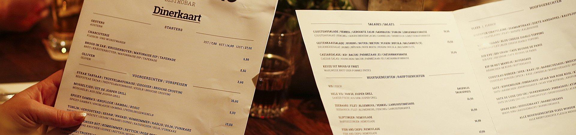 Foto van mensen die een restaurant menukaart vasthouden