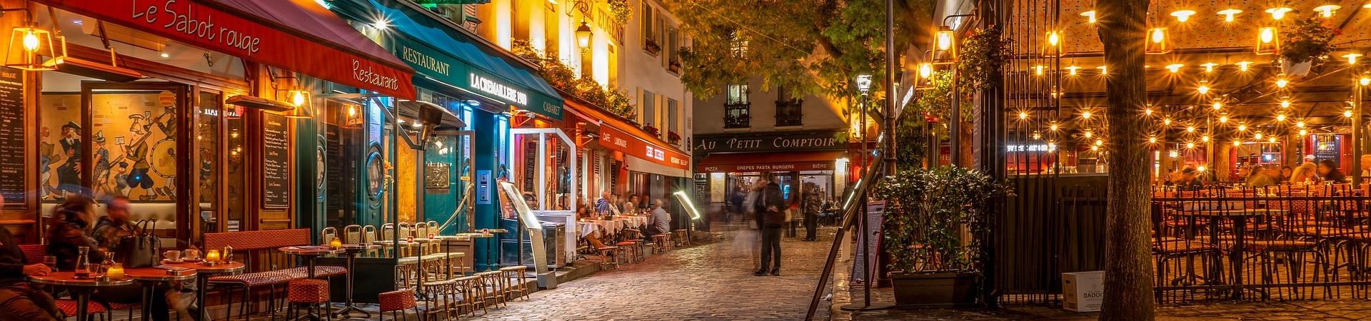 Straat met restaurants in Parijs