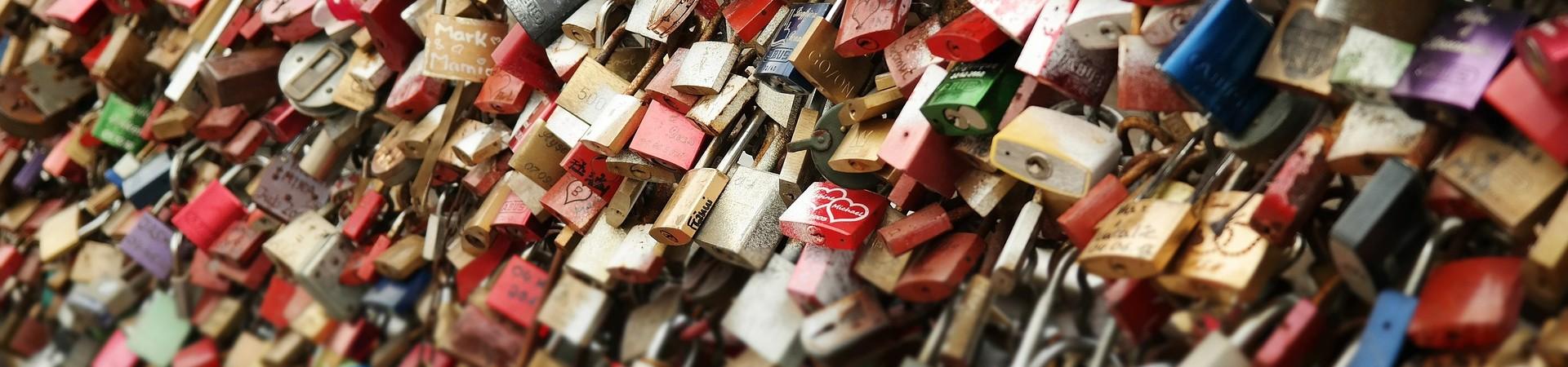 Sloten aan een hek (door Thomas B Didgeman pixabay 505878)
