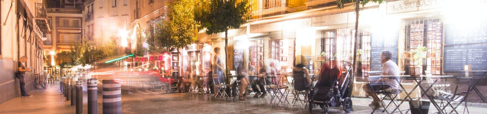 Straat met restaurants en terras. Foto: Tyler Hendy op Pexels