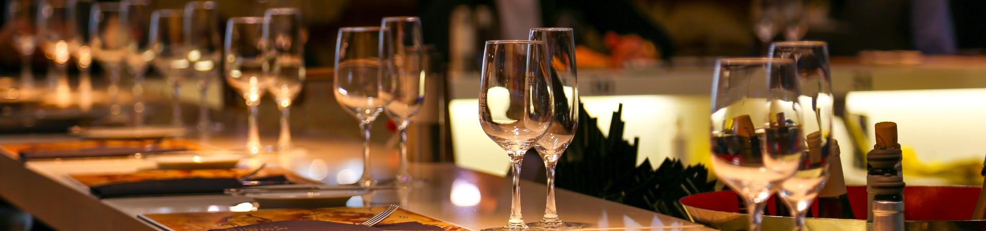 Wijnglazen in een restaurant falconp4 pixabay