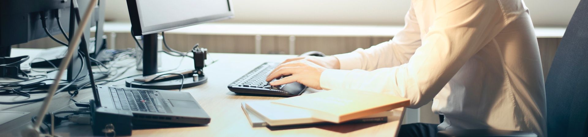 Man werkt met een computer